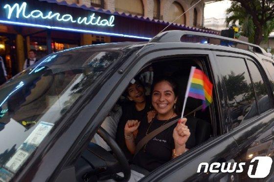 동성 결혼 승인 판결에 환호하는 시민.jpg